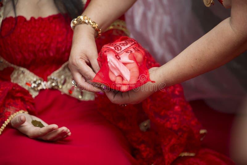 Ślubna suknia, obrączki ślubne, ślubny bukiet obraz royalty free