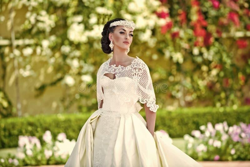 Ślubne dekoracje Panna młoda w ślubnym diademu i biel ubieramy na słonecznym dniu zdjęcie stock