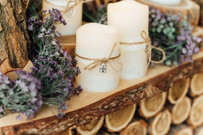 Ślubne dekoracje z świeczkami obraz stock