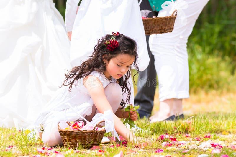 Ślubne drużki z kwiatu płatka koszem zdjęcia stock