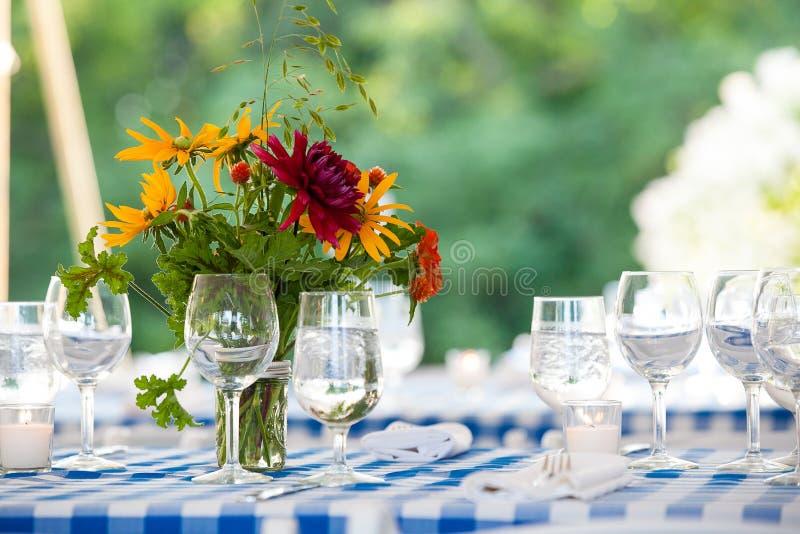 Ślubne kwiatu przygotowania serie Bukiet kwiaty dla ślubnego wydarzenia na stole z kolorem żółtym i czerwienią kwitnie obraz royalty free