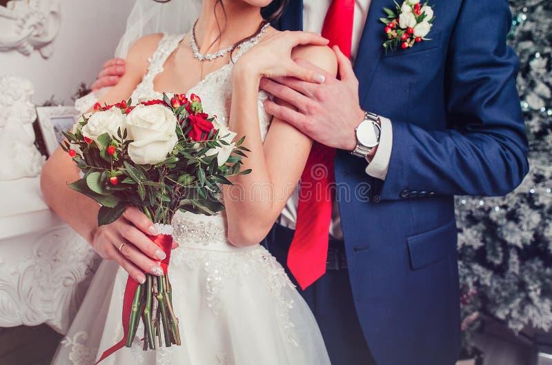Ślubne pary mienia ręki i przytulenie część ciała Ślubny szczegół fotografia stock