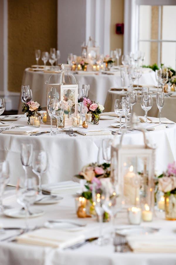 Ślubne stołowe dekoracji serie - stoły ustawiają dla ślubnego wydarzenia fotografia royalty free