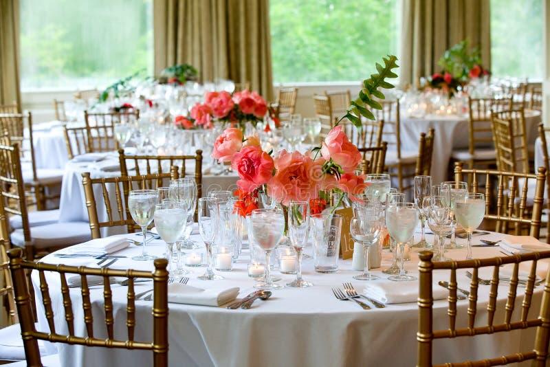Ślubne stołowe dekoracji serie - stoły ustawiają dla pięknego salowego catered luksusowego ślubnego wydarzenia z kwiatów przygoto obraz stock