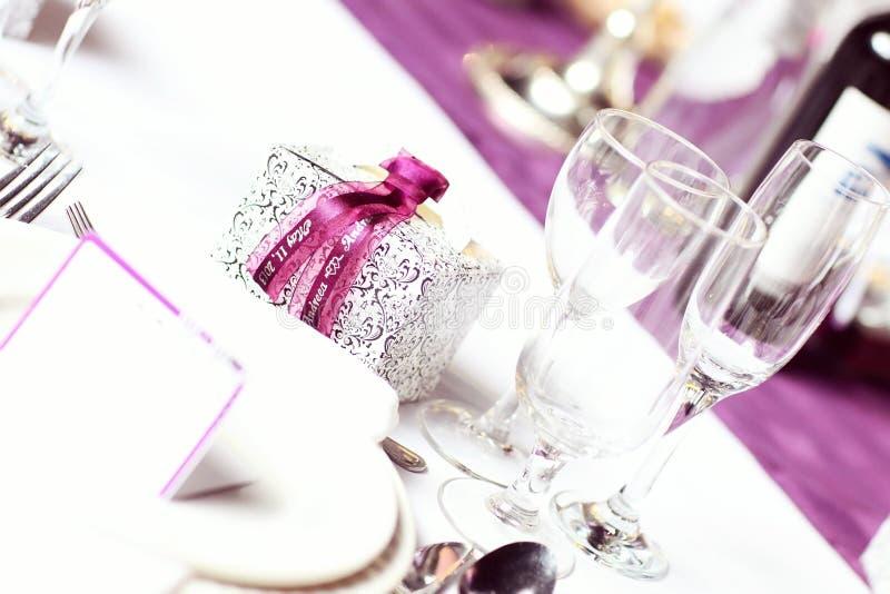 Ślubne stołowe purpury zdjęcia royalty free