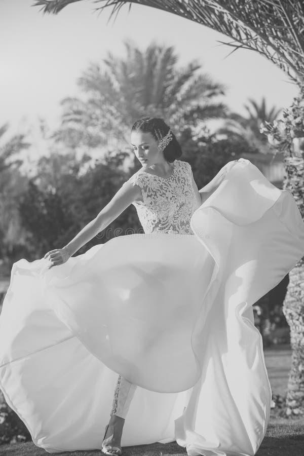 Ślubne suknie Kobiety panna młoda w z piękną białą ślubną suknią i spodniami zdjęcia royalty free