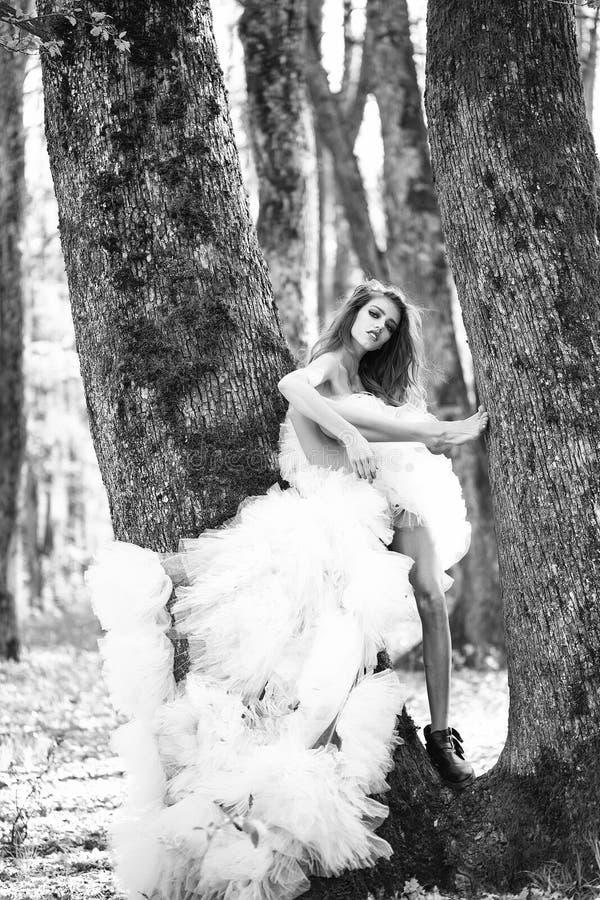 Ślubne suknie Splendor kobieta blisko drzewa obrazy stock