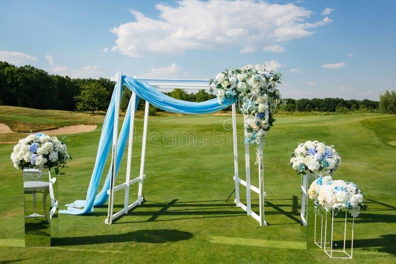 Ślubnej ceremonii łuk decoreted z hortensja kwiatu przygotowaniami na zielonym gazonie przedtem obrazy stock