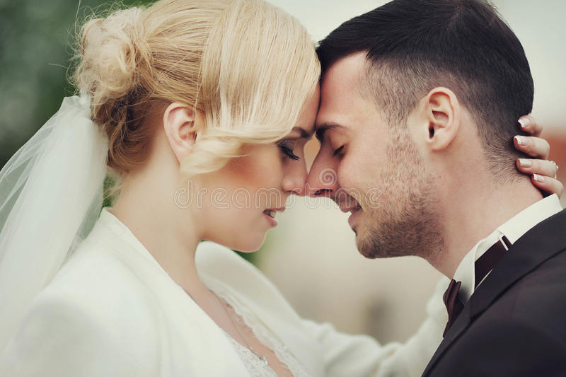 ślubnej ceremonii elegancka para w antycznym kościół obraz stock