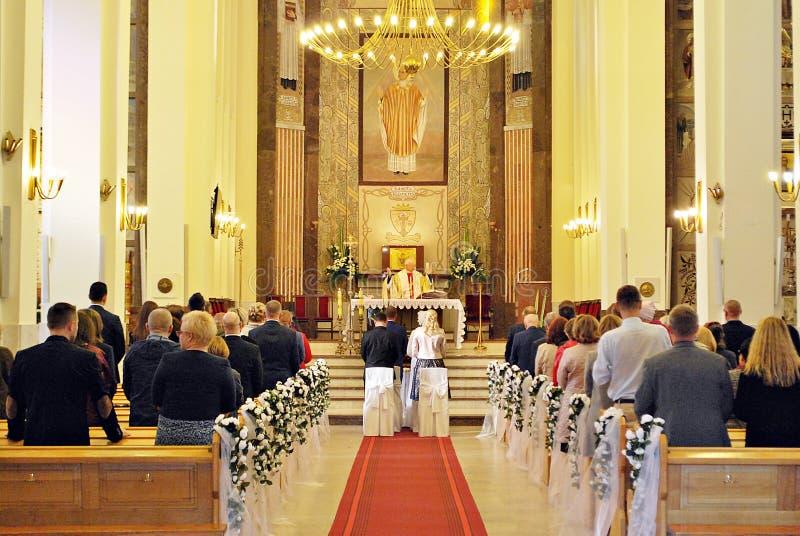 Ślubnej ceremonii kościół katolicki zdjęcia stock