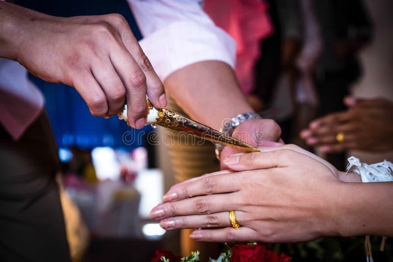 Ślubnej ceremonii koncha, błogosławiąca woda obraz stock
