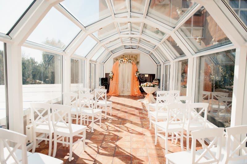 Ślubnej ceremonii sala przygotowywająca dla pary i gościa skylight zdjęcia royalty free