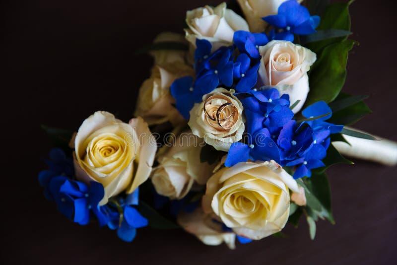 Ślubni akcesoria Boutonniere, Złoci pierścionki, piękny bukiet kwiaty zdjęcie stock