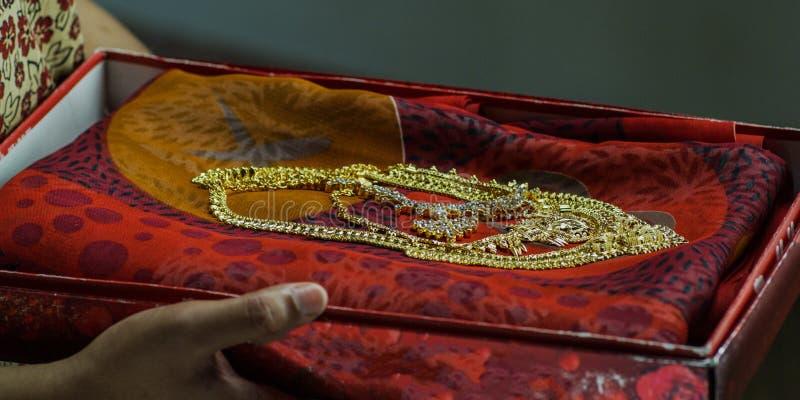 Ślubni Bridal akcesoria ślubna suknia, kolii jewellery w żeńskich rękach zdjęcia royalty free