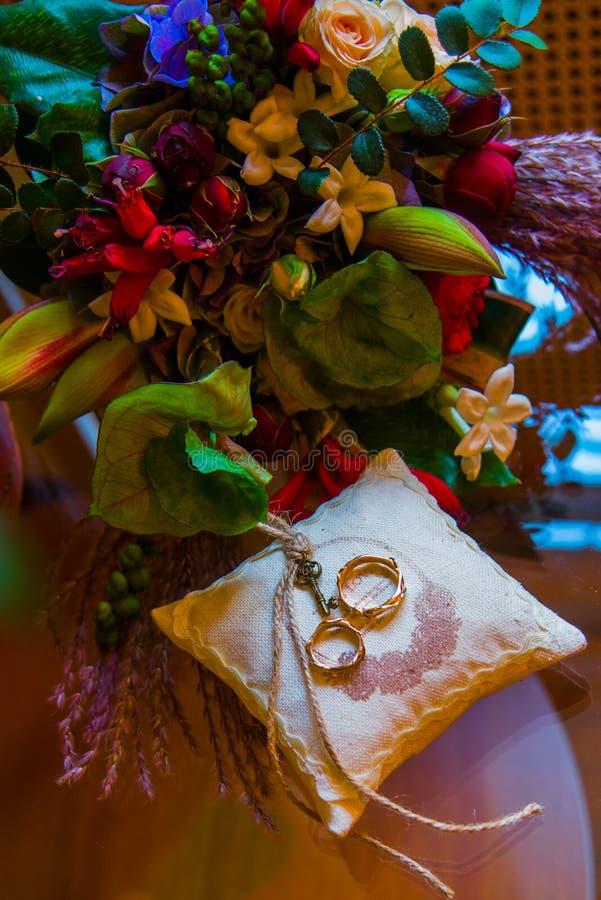 Download Ślubni Pierścionki Zaręczynowi Obraz Stock - Obraz złożonej z ceremonia, miłość: 53783029