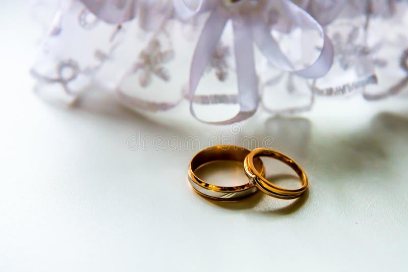 Download Ślubni Pierścionki Zaręczynowi Obraz Stock - Obraz złożonej z bride, objurgate: 53783177