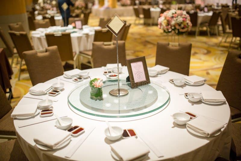 Ślubni stołów sety w ślubnej sala poślubiać dekoruje przygotowanie stołu set i inny catered wydarzenie gość restauracji fotografia stock