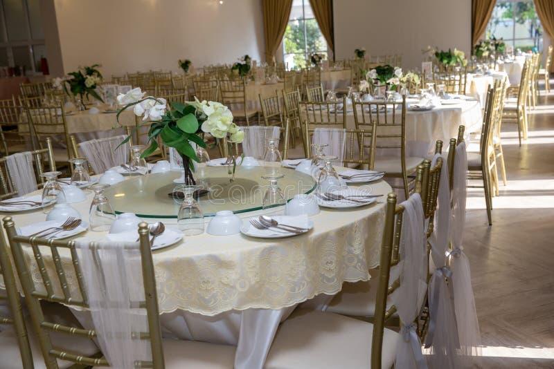 Ślubni stołów sety w ślubnej sala poślubiać dekoruje przygotowanie zgłasza set i innego catered wydarzenie gościa restauracji, zdjęcia royalty free