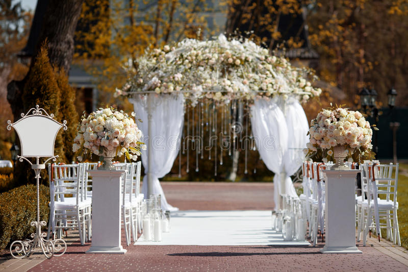Ślubny łuk w ogródzie fotografia stock
