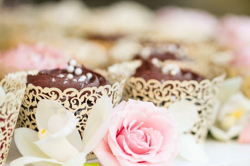 Ślubny babeczka tort zdjęcia royalty free
