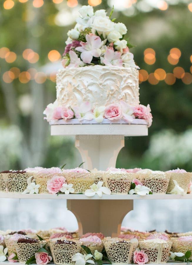 Ślubny babeczka tort zdjęcie royalty free