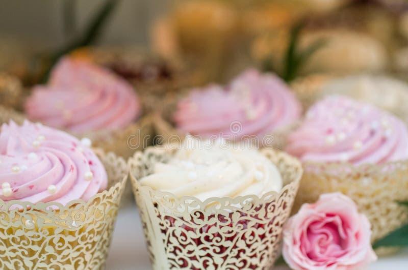Ślubny babeczka tort obrazy royalty free