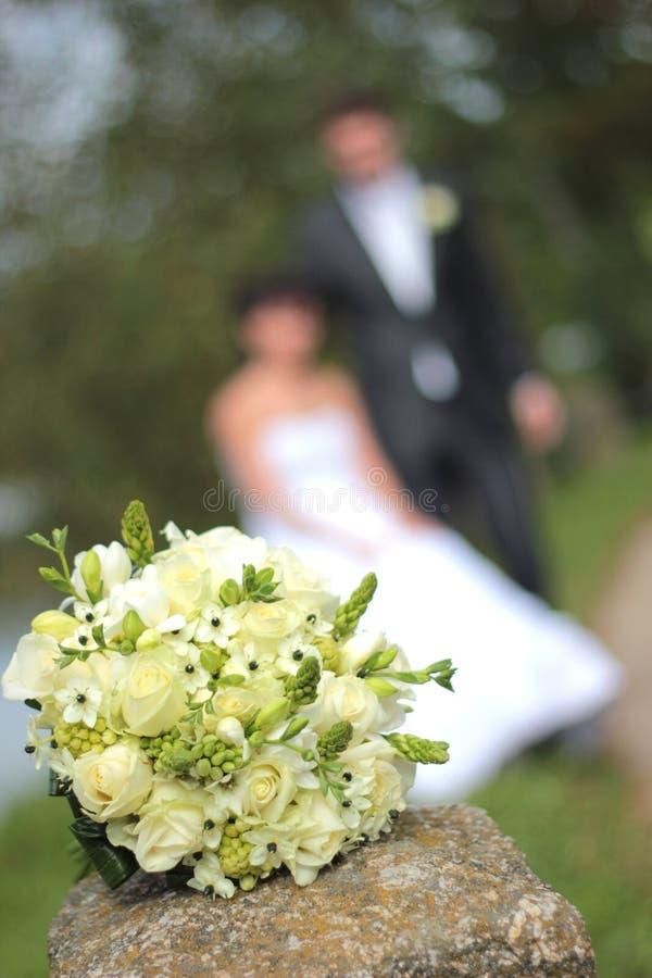Ślubny bukiet i para małżeńska niedawno zdjęcie stock