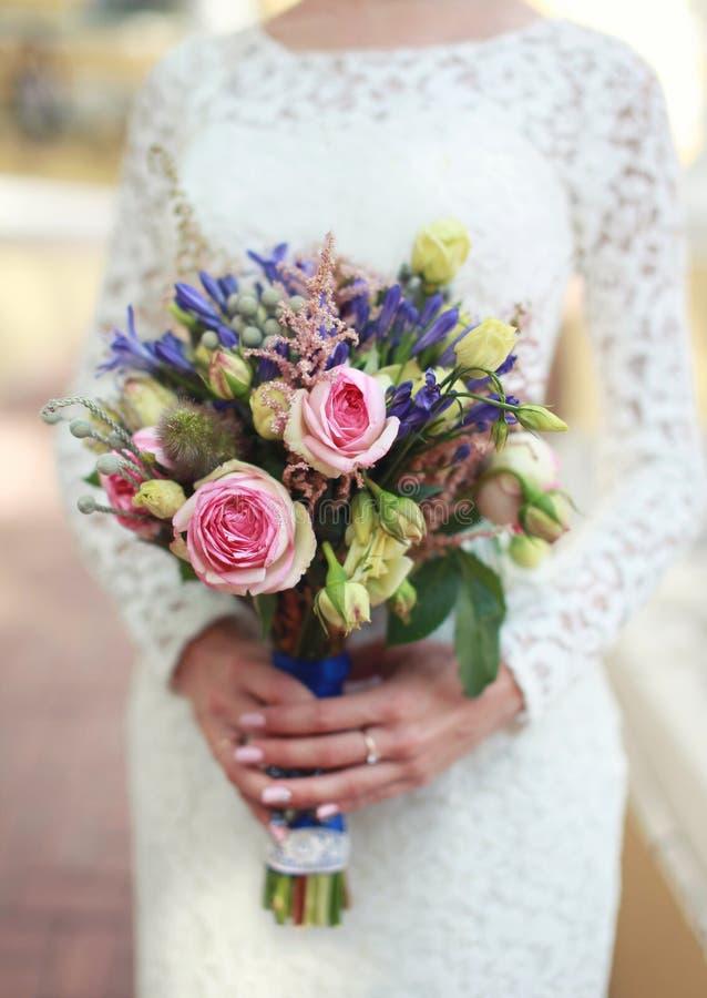 Ślubny bukiet kwitnie w ręki eleganckiej pannie młodej fotografia royalty free