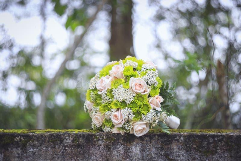 Ślubny bukiet na mech zakrywającym betonu ogrodzeniu obrazy stock