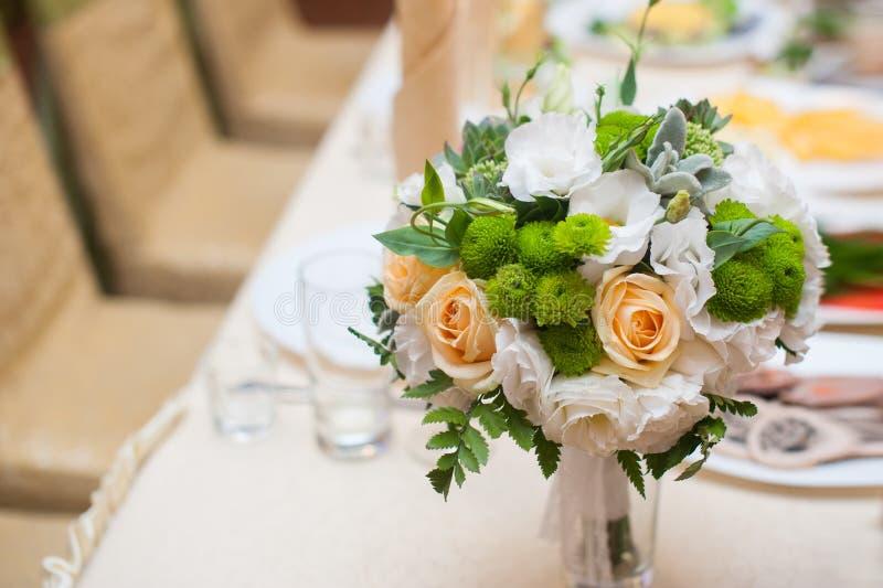 Ślubny bukiet na stole zdjęcie stock