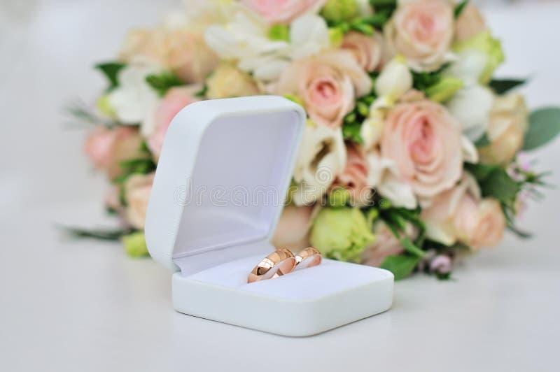 Ślubny bukiet o obrączkach ślubnych obraz royalty free