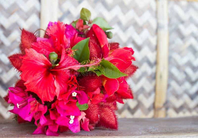 Ślubny bukiet od tropikalnych kwiatów na naturalnym backgroun obrazy stock