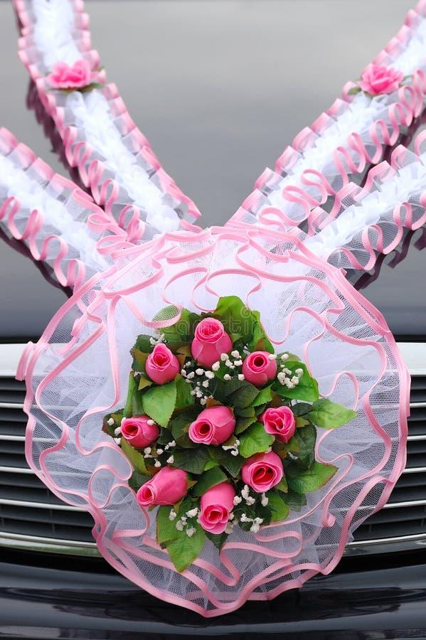 Download Ślubny Bukiet Róże Na Samochodowym Cowl Obraz Stock - Obraz złożonej z czerwień, kwiaty: 57670011