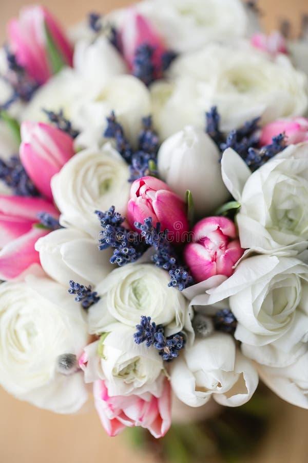 Ślubny bukiet różowy tulipan i biały jaskier Nowożytna bridal wiązka lawenda sucha fotografia stock