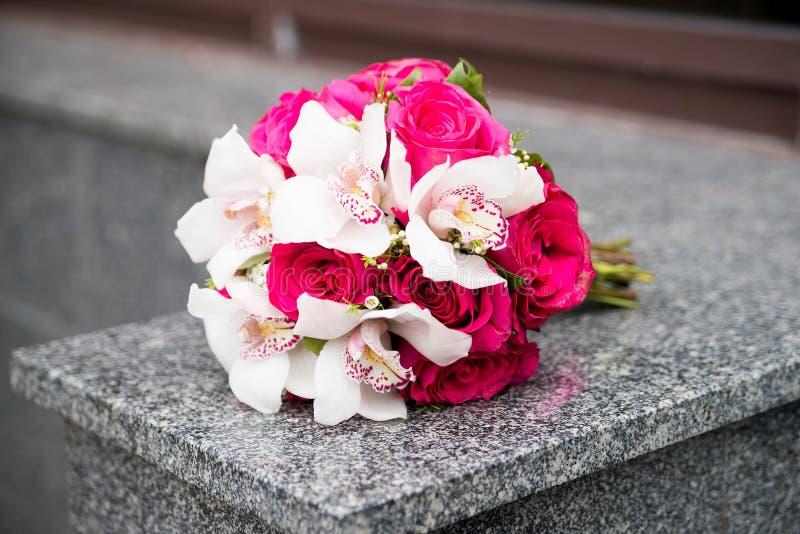 Ślubny bukiet z białymi lelujami i czerwonymi różami obrazy royalty free