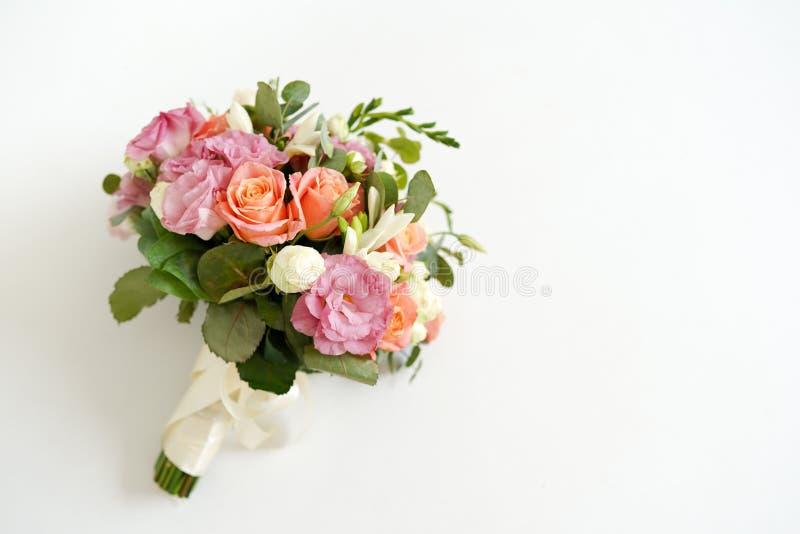 Ślubny bukiet z kwiat różami na białym tle z kopii przestrzenią Minimalny poj?cie Mockup zdjęcia royalty free