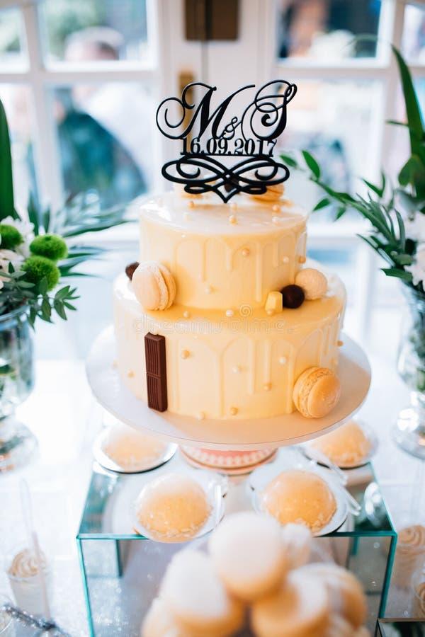 Ślubny dekoracja stół w ogródzie, kwiecisty przygotowania W stylowym roczniku na plenerowym, kwiaty na tort zdjęcia royalty free