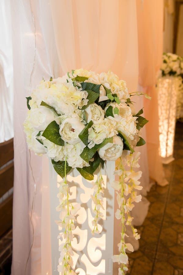 Ślubny floristry Przygotowania peonie na wysokim stojaku zdjęcie royalty free