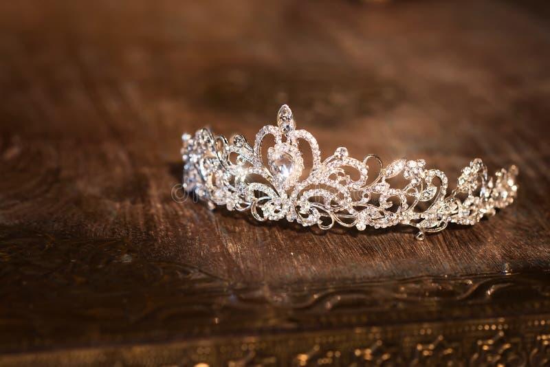 Ślubny korony tiary diadem Luksusowi akcesoria _ obrazy royalty free