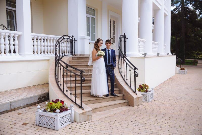 Ślubny nastrój, nowożeńcy jest szczęśliwy i przygotowywa wchodzić do archiwum biuro, ono uśmiecha się radośnie Panna młoda jest zdjęcia royalty free