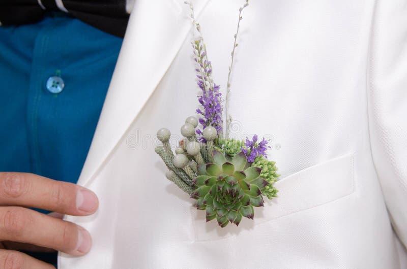 Ślubny niezwykły buttonhole ręki grubosz zdjęcia stock