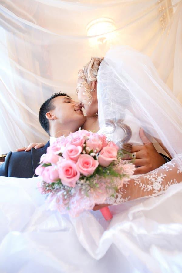Download Ślubny pary całowanie zdjęcie stock. Obraz złożonej z buziak - 28967468