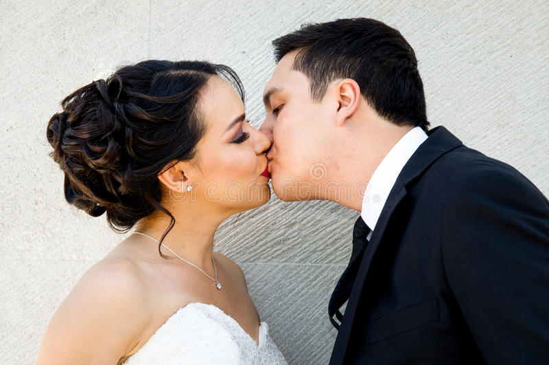 Ślubny pary całowanie obraz royalty free