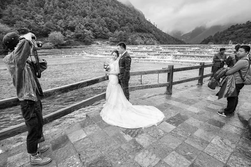 Ślubny pary sesja zdjęciowa. przy Białej wody rzeką w Błękitnej księżyc dolinie obraz stock