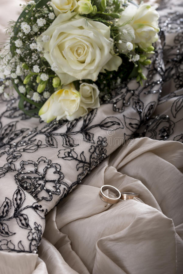 Ślubny położenie z pięknym panna młoda bukietem kwiaty i dwa obraz royalty free