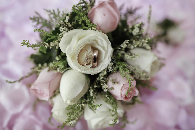Ślubny ręka kwiat z pierścionkiem zdjęcie royalty free