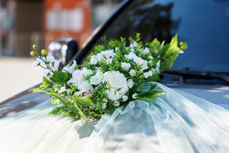 Ślubny samochód dekorował z kwiatami na kapiszonie obrazy stock