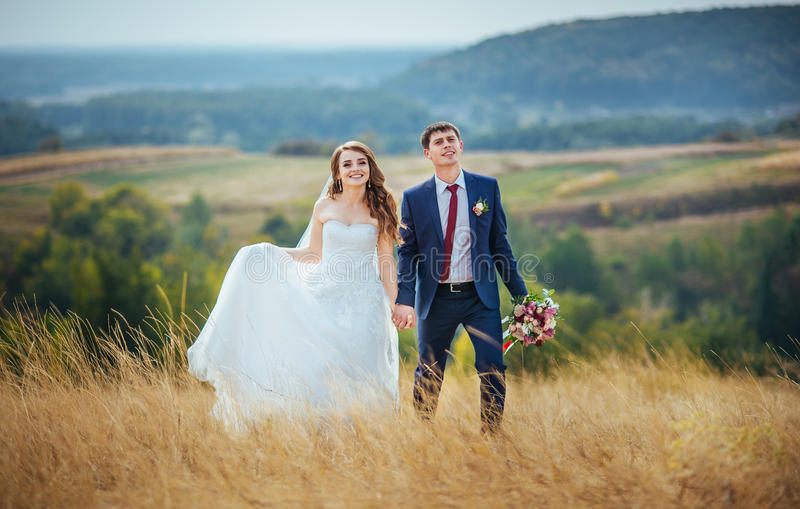 Ślubny spacer na naturze fotografia stock