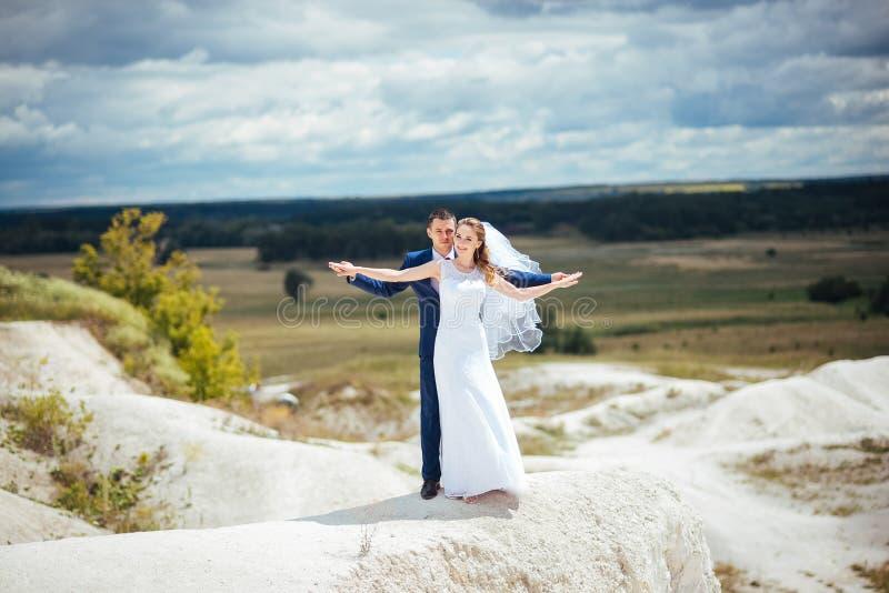 Ślubny spacer na naturze zdjęcie royalty free