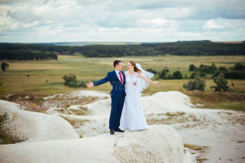 Ślubny spacer na naturze zdjęcia royalty free